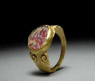 , genuine Ancient Roman solid gold finger ring, set with glass